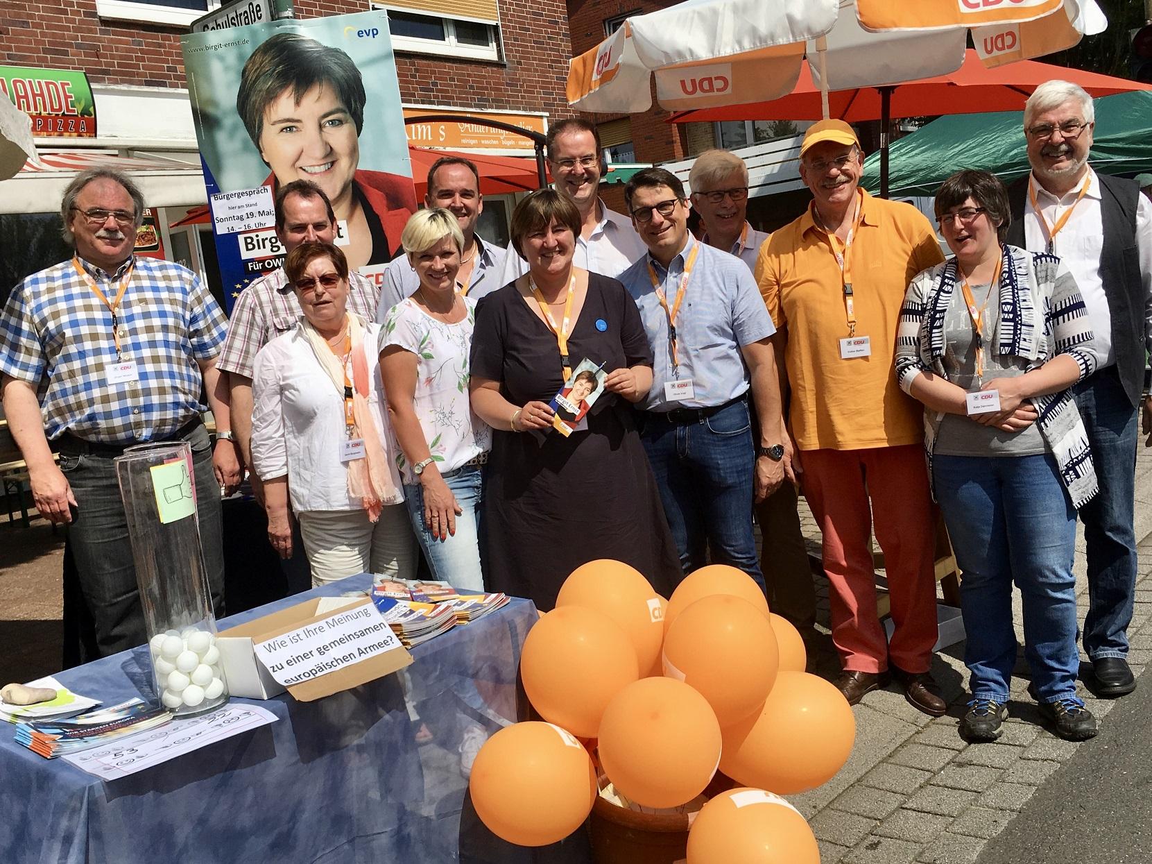 Einige derTeilnehmer des Informationsstandes. Dabei: CDU-Kandidatin Birgit Ernst (Bildmitte).